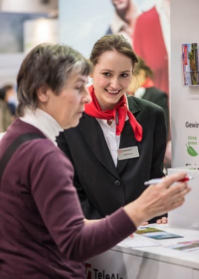 Valentina Ivic informe les visiteurs au sujet du jeu concours qui se déroule pendant le salon Altenpflege 2018 à Hanovre