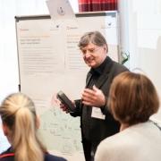 Dr. Holger Pastillé hält einen Vortrag